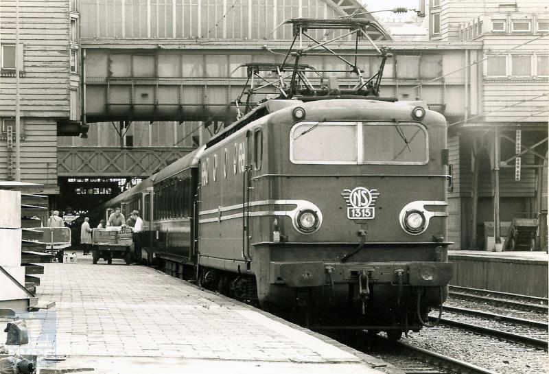 Trein D284 wordt geladen op Amsterdam CS voor vertrek naar Parijs. D-treinen waren internationale treinen; de D komt van het Duitse woord Durchgangszug.De loc is van de serie 1300; evenals de series 1100 en 1200 was deze alleen geschikt voor de Nederlandse bovenleiding-spanning, 1500 V gelijkspanning. In dit geval was loc-wisselen in het grensstation dus wel noodzakelijk.De serie 1300 is bij Alstom in Frankrijk gebouwd tussen 1952 en 1956.De foto is gemaakt op 5 juni 1972.