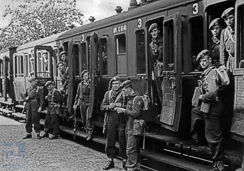 Ten tijde van de koude oorlog (1948-1989) was er nog dienstplicht. Elk weekeinde gingen grote aantallen dienstplichtige militairen met de trein naar en van huis. Voor deze treinen werd meestal het oudste materieel gebruikt, in dit geval een vroeger SS sneltreinrijtuig, gebouwd door Werkspoor in 1915.In de begintijd van de spoorwegen had men 1e, 2e en 3e klasse, maar in de tijd dat deze foto gemaakt is,bestond de 1e klasse in feite niet meer. Vandaar dat men later de 2e klasse de 1e is gaan noemen en de 3e 2e. De foto moet daarom tussen 1950 en 1956 gemaakt zijn.