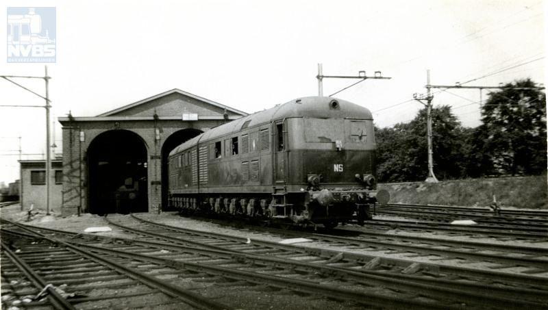 """Deze gelede dieselelektrische loc werd in 1942 door Krupp gebouwd voorde Deutsche Wehrmacht, als onderdeel van een beoogde serieD311.01-D311.06, bedoeld om te dienen als energiebronnen voor 3 stuks monstergeschut """"Schwere Gustav""""."""