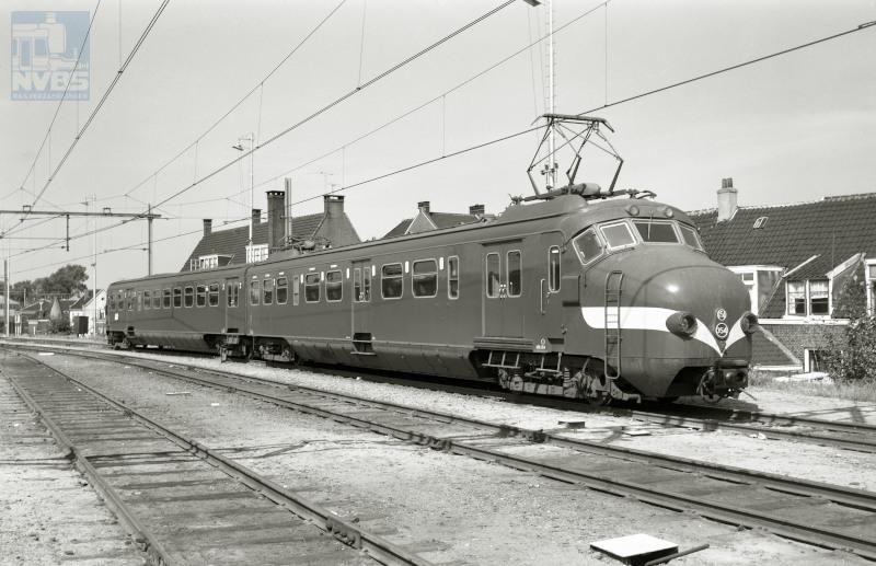 Elektrisch treinstel NS ELD2 354 (Mat ′54 of plan M, ook wel bekend als ′hondekop′) met een gele proefsnor te Utrecht. Dit stel is gebouwd bij Allan in Rotterdam.