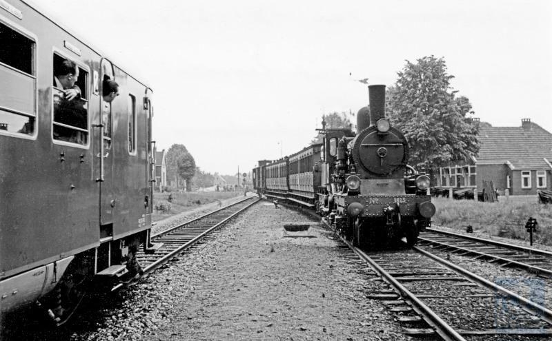 """Deze foto is gemaakt tijdens de NVBS Dieselrondrit 1953, op 14 juni 1953, met de toen gloednieuwe """"Blauwe Engelen"""" (dieselmotorrijtuigen) NS DE1 25 en 26 lijnen in Noord-Oost Nederland werden bereden. Rechts de diensttrein, die in die tijd met stoom reed."""