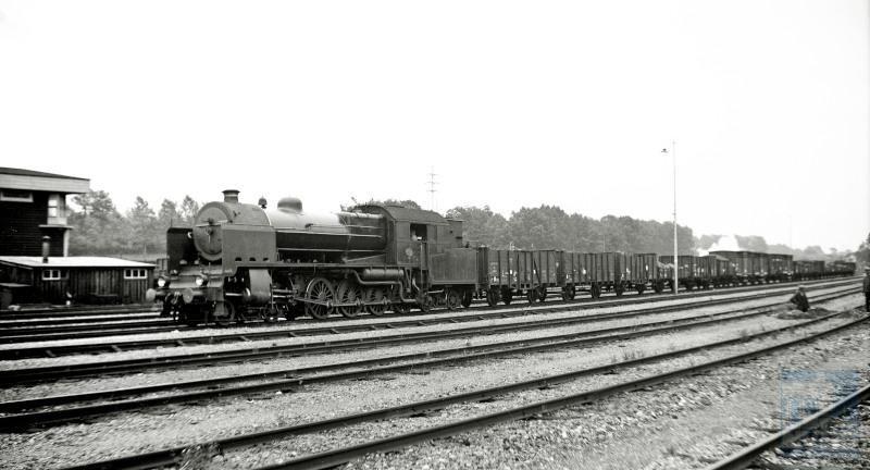 Gezicht uit het jaar 1938 op het emplacement van het station Nuth met een NS kolentrein met een locomotief uit de serie 6300.