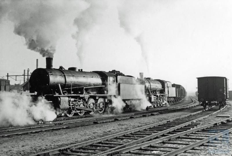 Twee Austerity-locomotieven (serie 4301-4537), nu voorzien van verlengde schoorsteen, met een kolentrein nabij Sittard.