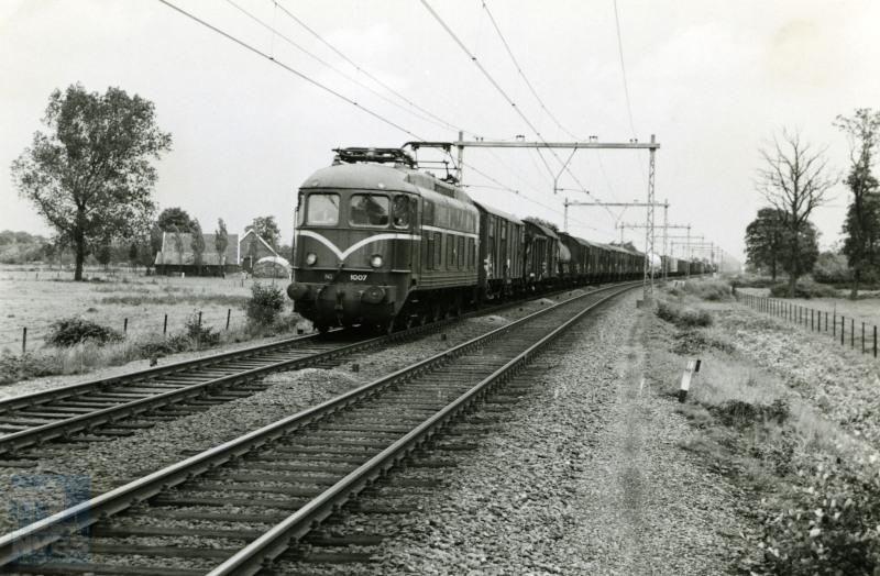 Loc 1007 is onderweg met een goederentrein in de omgeving van Hengelo.De trein bestaat uit verschillende typen goederenwagens, zoals de huidige unit-cargotreinen.Foto: R. Ankersmit.