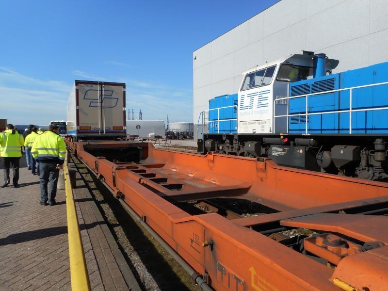 Een goederenwagen waarmee opleggers kunnen worden vervoerd. Door het verdiepte gedeelte blijft dit vervoer binnen het profiel van vrije ruimte.