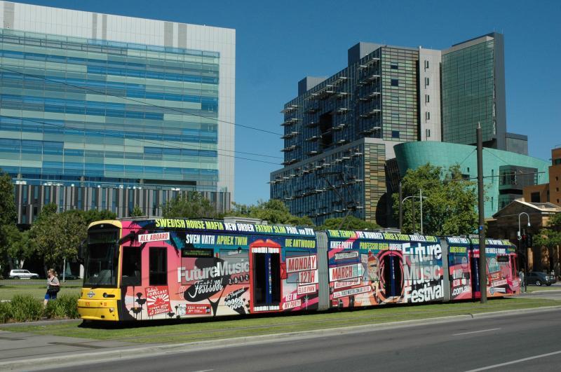 Om de kosten van het gratis vervoer in de binnenstad te dekken wordt op grote schaal totaal reclame gevoerd. De 105, hier op het Victoria Square is wel heel bont uitgedost met reclame voor een muziek festival.