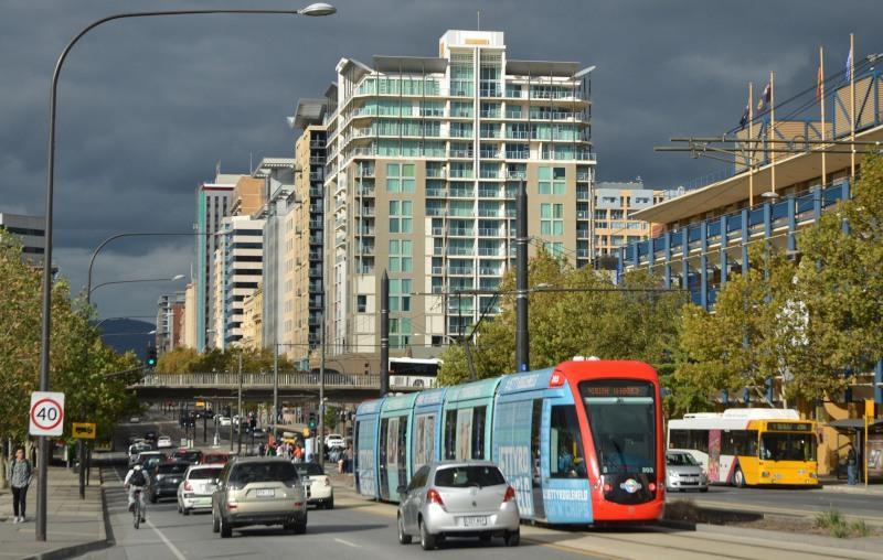 Citadis 203 op het North Terrace, de fraaiste ′avenue′ van Adelaide. Kantoorpanden, hotels, Casino, hoofdstation, universiteiten en een toekomstig ziekenhuis worden hier bediend.