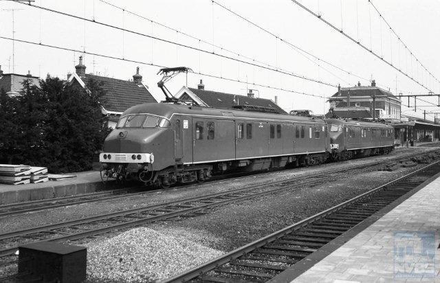 In 1965 werden de eerste van 35 door Werkspoor nieuwgebouwde motorpostrijtuigen (mP) in dienst genomen, die de blokkendozen zouden vervangen. Op spoor 1 te Apeldoorn staan de mP 3016 en mP 3020 klaar voor vertrek. Er zou er nog één aan kunnen worden toegevoegd, want treinschakeling van drie mP's was mogelijk. Het is 5 april 1966. Zij zijn hier dus nog vrij nieuw. De gelijkenis met de treinstellen plan T die even hiervoor op de rails verschenen is onmiskenbaar. Een duidelijk verschil echter is de aanwezigheid van normaal stoot- en trekwerk, nodig om rijtuigen en wagens te kunnen trekken. J.A. Bonthuis is de fotograaf (NVBS-fotonummer 639 889).