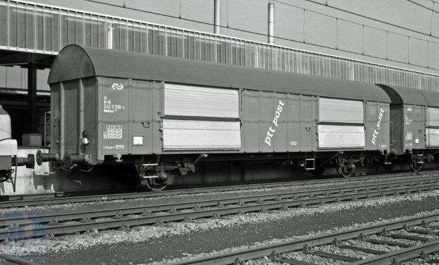 Als de capaciteit van een mP te klein was, werd een Hbbkkss postwagen aangekoppeld. Hier in Utrecht betreft het de 42 84 242 2 010-4 met erachter nog een soortgenoot. Wederom een foto van Bonthuis; 31-5-1979 (NVBS-fotonummer 539 405).