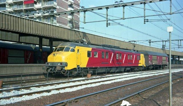 Een combinatie van mP met Hbbkkss zien we op deze kleurenfoto, genomen in Zwolle aan het postperron. Postperrons waren iets hoger dan de reizigersperrons. De mP draagt het nummer 3004 en is er een van de eerste serie, gefabriceerd door Werkspoor. De kleuren rood en geel accentueren de samenwerking tussen PTT en NS. Dit beeld van mP met of zonder Hbbkkss heeft het postvervoer tot het einde in 1996 bepaald. Bonthuis fotografeerde dit tafereel op 31-3-1982 (NVBS-fotonummer 530 955).