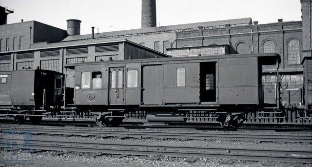 Op bepaalde trajecten was het aanbod van post en bagage niet zodanig groot dat hiervoor aparte rijtuigen nodig waren. Hier zette NS gecombineerde post-bagagerijtuigen in. Van de serie tweeassers PD 1001-1023 zien we op deze foto een exemplaar op het station van Heerlen staan. Een vooroorlogs plaatje genomen op 15-8-1938 door H.G.Hesselink (NVBS-fotonummer 171.072).