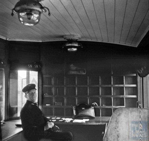 Op deze foto zien we hoe het interieur er uit zag van bovengenoemde rijtuigen. Om precies te zijn: van de PD 1021. De sorteervakken aan de kopkant zijn duidelijk zichtbaar. De beambte op de plaat is niet van de PTT maar is de treinconducteur, die in het rijtuig een eigen tafel tot zijn beschikking had. J.A. Bonthuis maakte deze foto te Warmenhuizen op 21-6-1943 (NVBS-fotonummer 509.079).