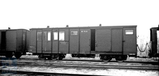 Het combineren van post- en bagagevervoer in één rijtuig vond vooral plaats bij de trambedrijven. Zo ook bij de tramlijnen van NS. Rijtuig PDt 211 staat buiten dienst op het emplacement van Maarn. Het rijtuig is afkomstig van de Staatsspoorwegen. Gefotografeerd door H.G. Hesselink op 6-12-1938 (NVBS-fotonummer 171.115)