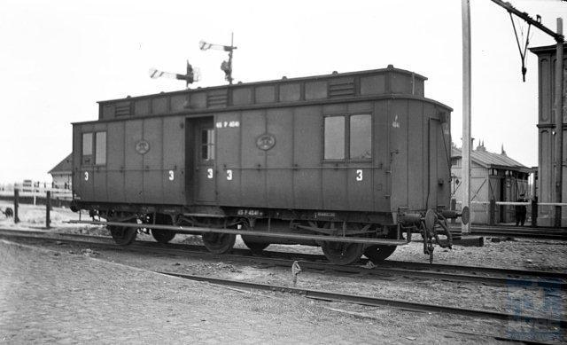 Een rariteit: deze foto van postrijtuig P 4041 te Nieuwersluis-Loenen. Kort na de oorlog kampte NS met grote materieeltekorten. Ook deze foto is van kort na de oorlog dus hoogstwaarschijnlijk is dit postrijtuig tijdelijk(?) geschikt gemaakt voor derdeklas-personenvervoer. Op de achtergrond zijn nog armseinen en een bovenleidingsportaal te ontwaren. J.A.Bonthuis maakte de foto op 2-4-1947 (NVBS-fotonummer 509.113)