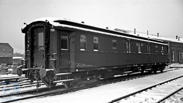 Ook deze foto maakte Bonthuis in Utrecht: de Pd 7012 in de sneeuw. De rijtuigen krijgen steeds meer een modern uiterlijk. Ze zijn ook van staal, net als het personenmaterieel van NS. Hartje winter op 28-1-1950 geschoten (NVBS-fotonummer 529.506).