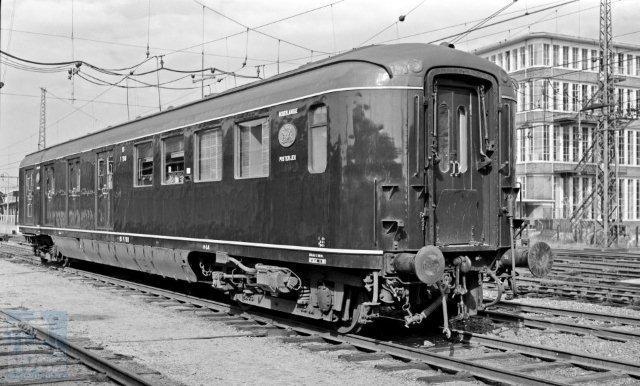 Misschien wel het mooiste postrijtuig dat NS ooit heeft gehad. De Pd 7918 is er een uit de serie PD 7911-7920, gebouwd door Allan in 1952. Zij werden in turkooizen kleur afgeleverd maar op deze latere foto is het rijtuig blauw met zandkleurige biezen. Om het laden en lossen van de post te versnellen heeft de Pd 7918 aan beide zijden vier dubbele schuifdeuren. Na de staking van het postvervoer per spoor heeft de Pd 7918 nog enige jaren dienst gedaan als meetrijtuig voor het CTO onder nummer 30 84 478 1005. De foto is in Utrecht gemaakt op 14-3-1960 door J.A. Bonthuis (NVBS-fotonummer 530 452). De laatste van de serie, Pd 7920 zet zijn leven voort in het Nederlands Spoorwegmuseum.