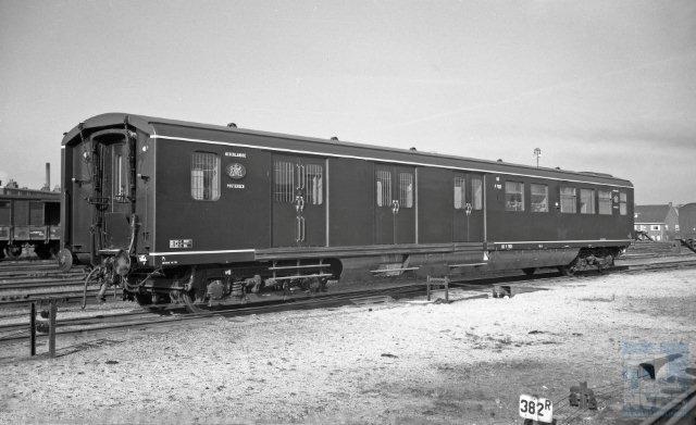 Dit postrijtuig, de blauwe Pd 7921, past perfect bij de personenrijtuigen plan E. Alweer een plaatje uit Utrecht; de datum is 19-9-1955 en de maker wederom Bonthuis. (NVBS-fotonummer 639 334).