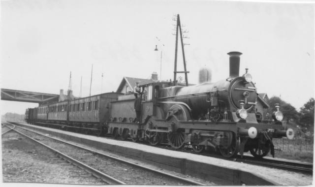 In 1919 neemt de SS de exploitatie over. Kruispunt Beugen: Loc 1772 met trein 3683 richting Gennep. Op de achtergrond is het viaduct van de Maaslijn zichtbaar.Foto: foto 570.900D Periode: 6 augustus 1938