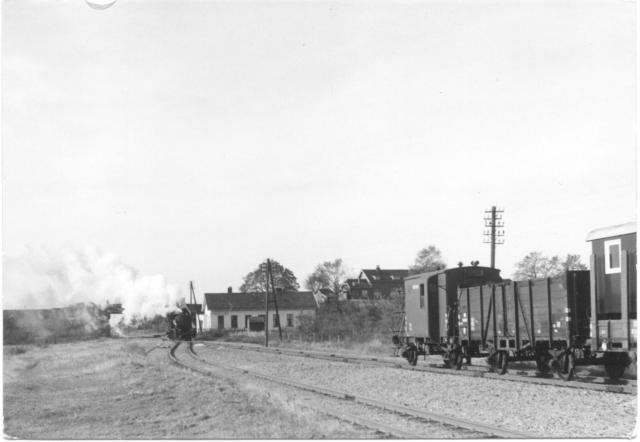 n 1954 wordt de NBDS-lijn tussen Volkel en Mill gesloten; het oostelijke deel wordt dan via de verbindingsbaan bij Beugen bediend. Voor Mill moet de loc kopmaken.Deze foto stamt uit het eind van het stoomtijdperk: goederentrein 5518 Beugen - Mill met loc 4533 (depot Nijmegen). Op de achtergrond rechts SS-station Beugen Hoog.Foto: foto 688.227 D Periode: 1 november 1956