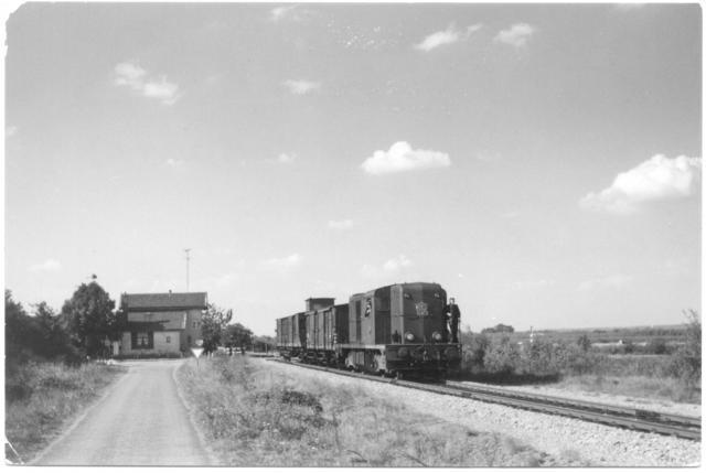 Dieselloc 2465 met een korte goederentrein van Nijmegen naar Gennep - bij wachtpost 27 met wagens 157212+157087; km 0.7 (verbindingsbaan) links ligt de hoofdspoorlijn Nijmegen - Venlo.Foto: foto 688.682 AC) Periode: 4 september 1959