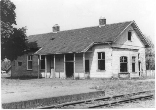 De lijn naar Gennep wordt in 1971 opgeheven, die naar Mill een jaar later. Het station heeft al eerder afgedaan.Voormalig station Kruispunt Beugen laag.Foto: foto 5174.884 AE Periode: 29 juli 1970