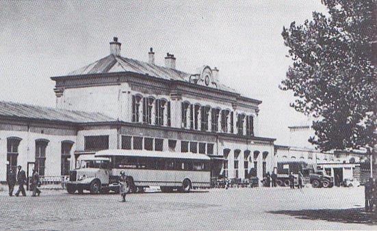 Station Zutphen was al een half jaar in dienst toen het baanvak Zutphen - Hengelo op 1 november 1865 geopend werd. Evenals de andere Waterstaatstations werd het ontworpen door K.H. van Brederode. Het bestond uit een hoog hoofdgebouw en aan weerszijden lage bijgebouwen. In 1875 werd het uitgebreid met twee hoge eindgebouwen en een vestibule voor het hoofdgebouw.Door een bombardement op de IJsselbrug in de Tweede Wereldoorlog werd het ernstig beschadigd. Foto: station Zutphen omstreeks 1947. Met een opleggerbus verzorgde NS treinvervangende busdiensten. (Op de Rails 2006-10)