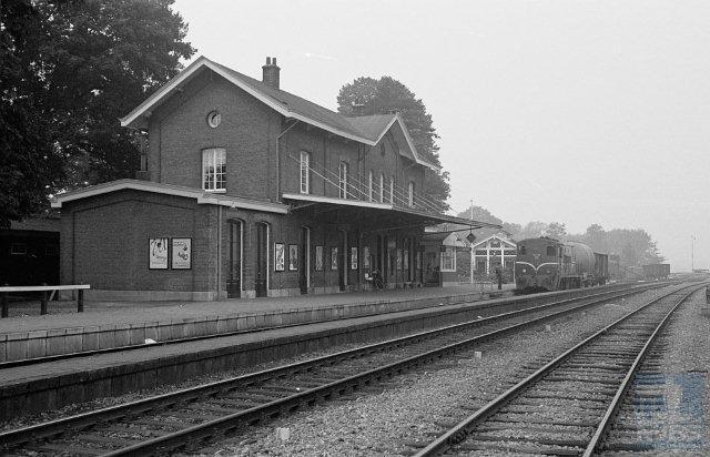 Station Lochem is van het Waterstaattype klasse 4. In 1865 bestond het uit een hoog middengebouw met twee dito zijvleugels. Het werd asymmetrisch door verdubbeling van de rechter vleugel in 1879. De lage vleugels aan weerszijden stammen uit 1902. Het station is sindsdien ongewijzigd; het heeft nu een horecabestemming.Foto: Afbeelding van het stationsgebouw van Lochem, met daarvoor de sporen 1, 2 en 3 en de perrons bij km 16,939. Op spoor 1 staat NS buurtgoederentrein 5259 (Zutphen - Markelo) met locomotief 2313. Blikrichting west, richting Zutphen. 23 september 1961. (Foto: R. Ankersmit)