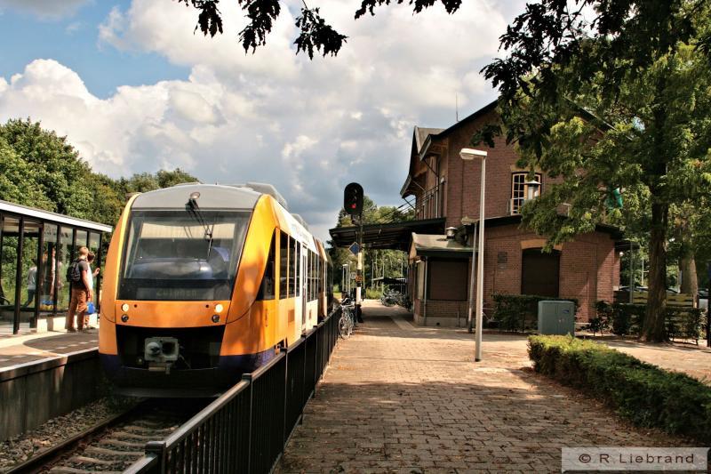 Syntus Lint 34 uit Oldenzaal stopt aan spoor 1 in Lochem. Er zijn nog maar twee sporen en alle reizigersverkeer wordt afgehandeld op het eilandperron. Het perron voor het stationsgebouw is niet in gebruik.6 augustus 2012.