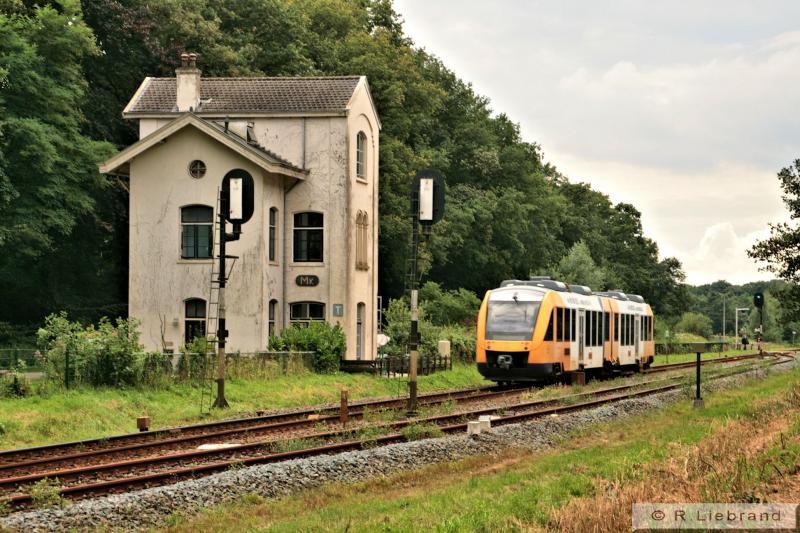In 2012 oogt het voormalige stationsgebouw Markelo, evenals het omloopspoor wat verwaarloosd. Syntus Lint 41 spoedt zich richting Lochem. 6 augustus 2012.
