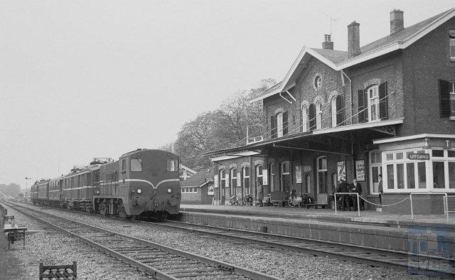 Station Goor is een 4e klasse Waterstaatstation. Een hoofdgebouw met puntgevel en twee identieke zijvleugels. Op de begane grond bevonden zich een hal, kantoor en twee wachtkamers, op de bovenetage was het gezin van de stationschef gehuisvest. Over de hele breedte van het gebouw hing een kap over het eerste perron. Aan de rechterzijde werd in 1904 een lage vleugel aangebouwd. Foto: Afbeelding van meettrein 23143 (Zutphen - Hengelo), bestaande uit locomotief NS 2227, motorpost mP 9233, bovenbouwmeetwagen SNCF S-smyfi 437, personenrijtuig A 5501 en motorpost mP 9202, bij aankomst op spoor 2 in Goor (km 30,1). Rechts staat een uitbouw ten behoeve van de treindienstleider (post T). Seinen e.d. zijn nog handbediend. 26 oktober 1962. (Foto: R. Ankersmit)