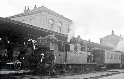 Afbeelding van de versierde stoomlocomotief NS 5504 op het station Zutphen met de eerste trein naar Winterswijk na de Tweede Wereldoorlog. 17 december 1945. (Foto: J.A. Bonthuis - verz. NVBS Railverzamelingen - NEG509-234)