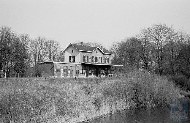 Gezicht op de zuidzijde (spoorzijde) van station Delden (km 39,719).6 maart 1960. (Foto: R. Ankersmit)