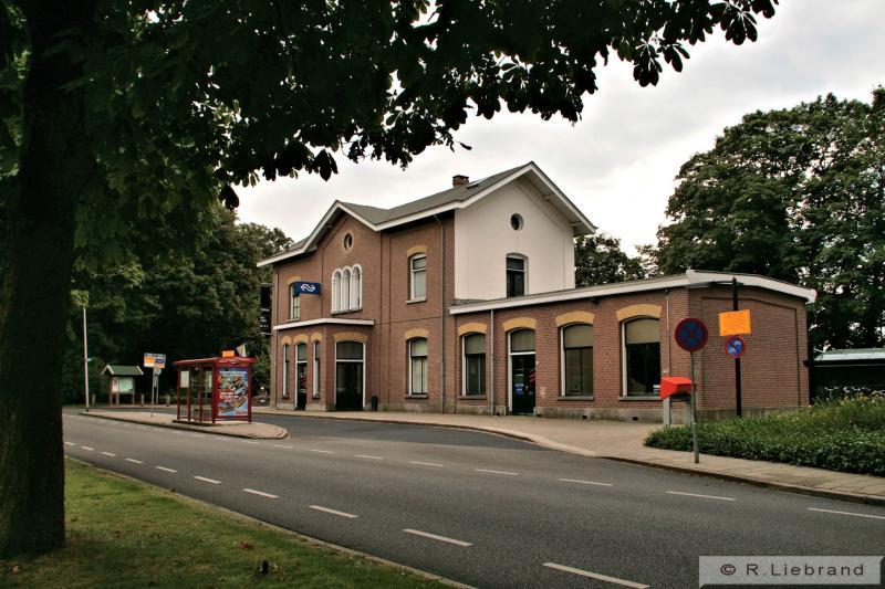 De voorzijde van station Delden. Het is nog steeds een bijzonder stationsgebouw.15 augustus 2012.