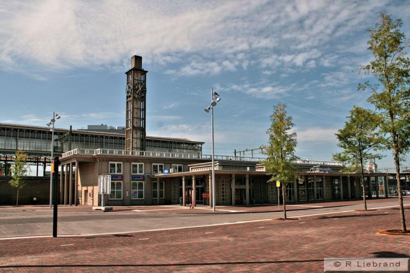 Het vijfde stationsgebouw van Hengelo, uit 1951, dat, evenals dat van Zutphen ontworpen is door Schelling, en geconstrueerd is met gezandstraalde betonplaten en ranke zuilen. Het geheel werd in Hengelo gecompleteerd met een klokkentoren. De perronkap uit 1900 werd na de oorlog hersteld en staat er nog steeds.15 augustus 2012.