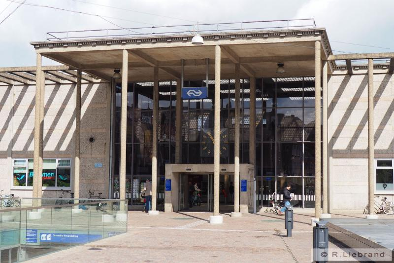 In 1952 werd er, iets dichter bij het centrum, een nieuw gebouw geopend met een uitnodigende lichte hal. Het was opgetrokken uit gezandstraalde betonplaten, ranke zuilen en veel glas. Een ontwerp van H.G.J. Schelling. Foto: de entree van het huidige station Zutphen. 7 mei 2015.