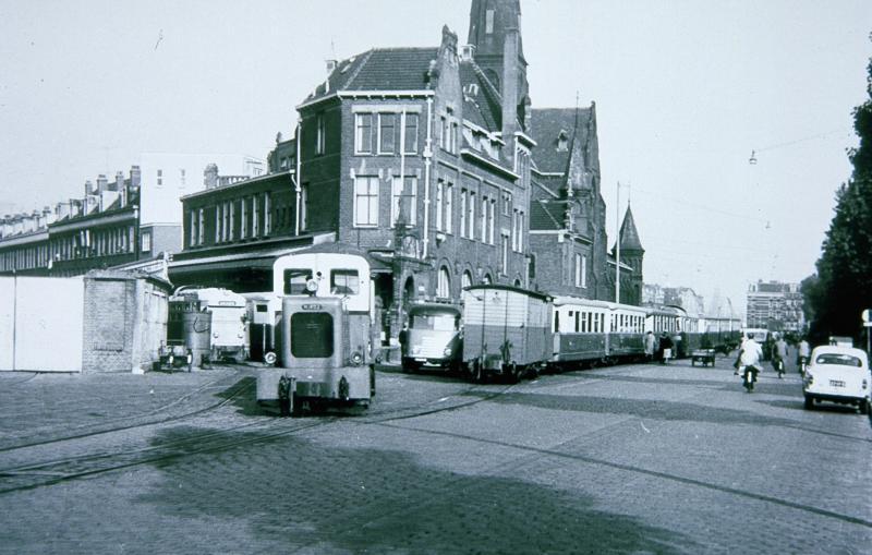 Beginpunt van de reis was het RTM-station aan de Rosestraat te Rotterdam. Het gebouw staat er nog, nu witgepleisterd.Aan beide kanten van het gebouw stonden trams opgesteld. Vooraan is een rangeerlocje bezig om materieel van of naar het op korte afstand gelegen Handelsterrein te brengen. De RTM had twee van deze locjes, waarvan er één nog in het RTM-museum te Ouddorp verblijft.De foto is gemaakt door Hans Oerlemans op 8 augustus 1958.