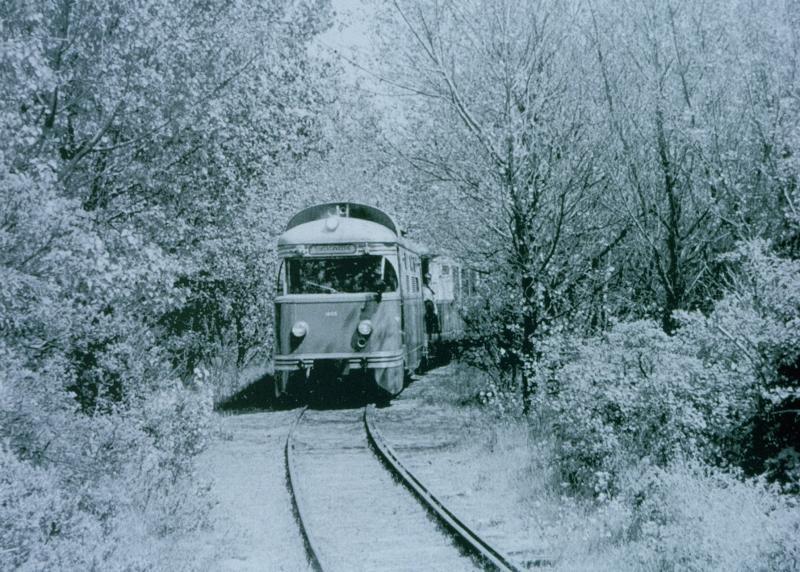 Vanaf het station liep er één spoor door in de richting van het strand. Dit spoor liep door het dorp en dan door de duinen. Hier zien we een tram tussen het groen in de duinen rijden.Foto: Archief RTM Ouddorp, 1 juni 1958.