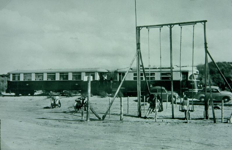 Een tram bestaande uit locomotief M1806 en rijtuig 1516 is aangekomen op het strand van Oostvoorne.Prentbriefkaart uit juli 1963.