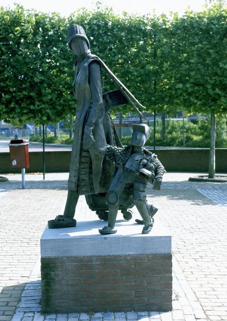 In het dorp Oostvoorne vinden we nog een grappig beeld van een moeder met kind die na een dag strand naar huis gaan. Dit bronzen beeld is gemaakt door Elly Baltus.Foto: F. Stuurman.