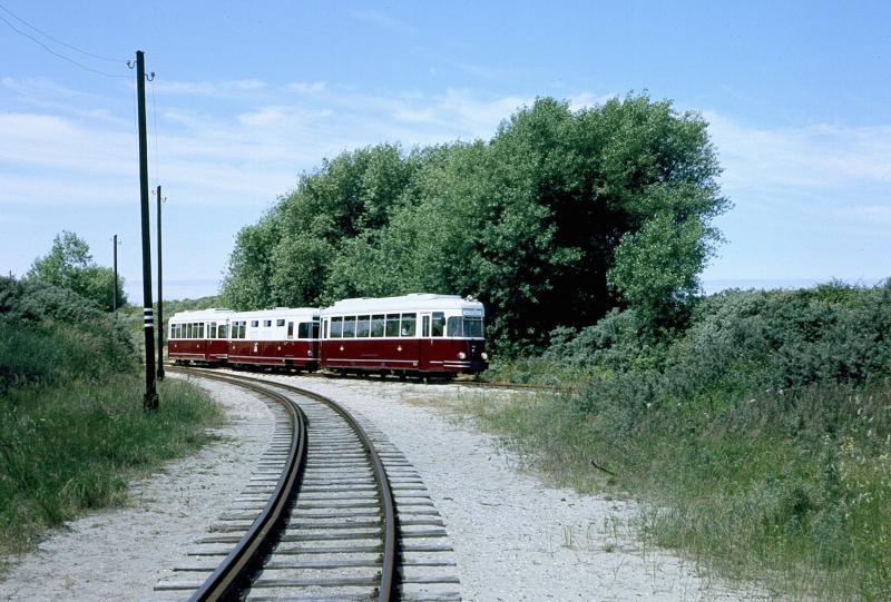 Gelukkig is veel van het materieel van de RTM bewaard gebleven. Het is nu te zien in het museum in Ouddorp, waar het in uitstekende conditie wordt gehouden. We zien hier wederom het ′Sperwer′-stel; dit is het laatste tram-materieel dat bij de RTM in dienst gekomen is. Het bestond uit twee tweedehands elektrische trams, afkomstig van een opgeheven lijn van de Deutsche Bundesbahn, waartussen de RTM-werkplaats een bijpassende generator-wagen heeft gebouwd. Hier blijkt weer tot wat voor prestaties de werkplaats in staat was.Foto: F. Stuurman, 8 juli 2006.