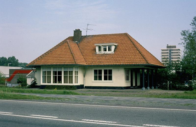Op diverse plaatsen zijn nog overblijfselen van het trambedrijf te vinden. Hier het voormalige station Hoogvliet, dat na de sluiting van het trambedrijf nog jaren bewoond is door een werknemer van de RTM. Nu is het horeca-gelegenheid.In de laatste jaren van de RTM-tram werd in Hoogvliet druk gebouwd aan de satelliet-stad die nu bediend wordt door de metro van de RET. Foto: F. Stuurman, 14 mei 1994.