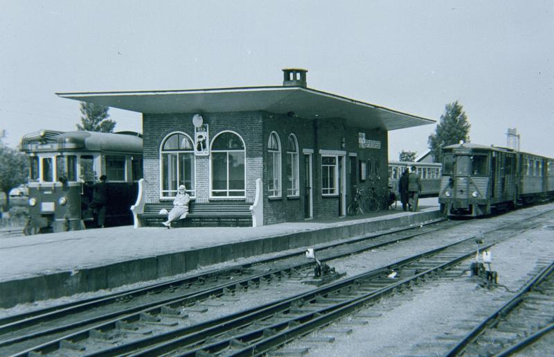 Het belangrijkste station onderweg was Spijkenisse, waar de lijn zich splitste in de takken naar Hellevoetsluis en Oostvoorne. Er was een ruim middenperron, waar men van de ene naar de andere tram kon overstappen.Links staat de tram naar Oostvoorne klaar, rechts die naar Hellevoetsluis.