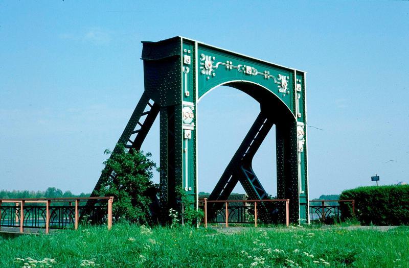 Kort na Hoogvliet passeerde de tram de brug over de Oude Maas. Deze brug is verdwenen, maar op de beide oevers staan als herinnering aan de oude brug nog de toegangsportalen van deze brug. Foto: F. Stuurman, 9 mei 1998.