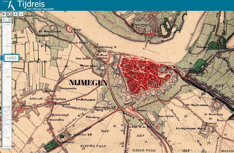Dat Topotijdreis.nl bijzonder handig kan zijn voor de datering van aanleg en sloop van spoorlijnen zal duidelijk zijn. Voorzichtigheid is hier echter geboden. Niet elk jaar is er een nieuwe topografische kaart getekend, soms zitten er decennia tussen twee kaarten. Er kan dus alleen sprake zijn van een globale datering van lijnen. We nemen als voorbeeld de sporensituatie in Nijmegen. We geven steeds de eerste kaart waarop de genoemde verandering zichtbaar is. Nijmegen 1869 Nijmegen is nog een vestingstad, opgesloten binnen de stadsmuren. Vanuit Kleef is er al een spoorlijn aangelegd (in 1865) naar een station (kopstation) dat buiten de stadspoorten gevestigd is. Het eerste station van Nijmegen ligt op de plaats waar tegenwoordig Concertzaal De Vereeniging ligt, dus aan het (huidige) Keizer Karelplein. Mooi te zien is dat er al een goederenlijntje doorloopt naar wat toen de Nieuwe Haven heette.