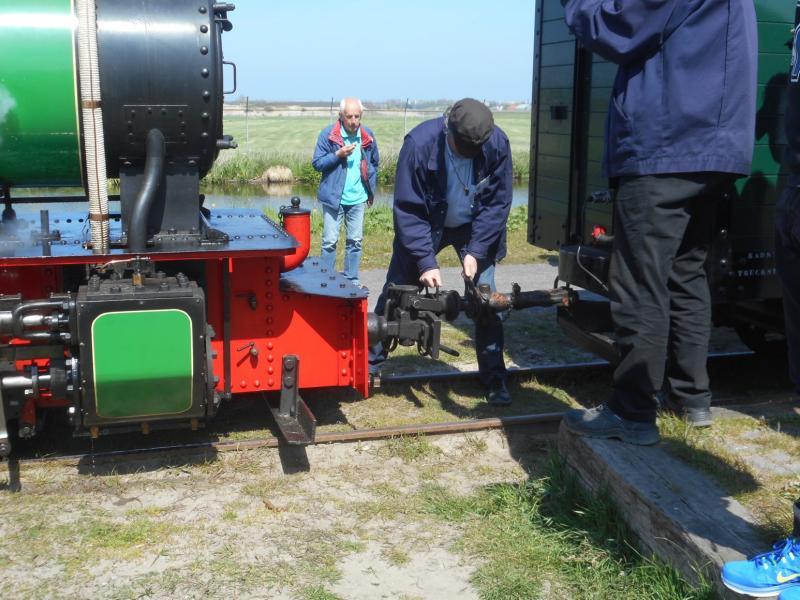 De loc wordt weer aan de trein vastgemaakt. Anders dan bij de ′grote′ spoorwegen hoeven bij het smalspoor de locjes niet gekeerd te worden.