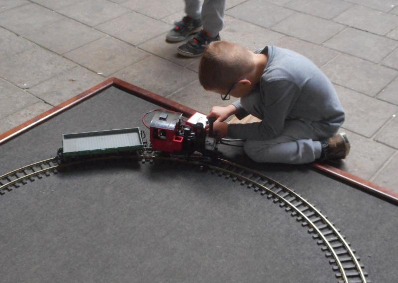 In het binnenmuseum is een expositie over smalspoor te zien, maar ook kunnen kinderen er hun eigen trein laten rijden.