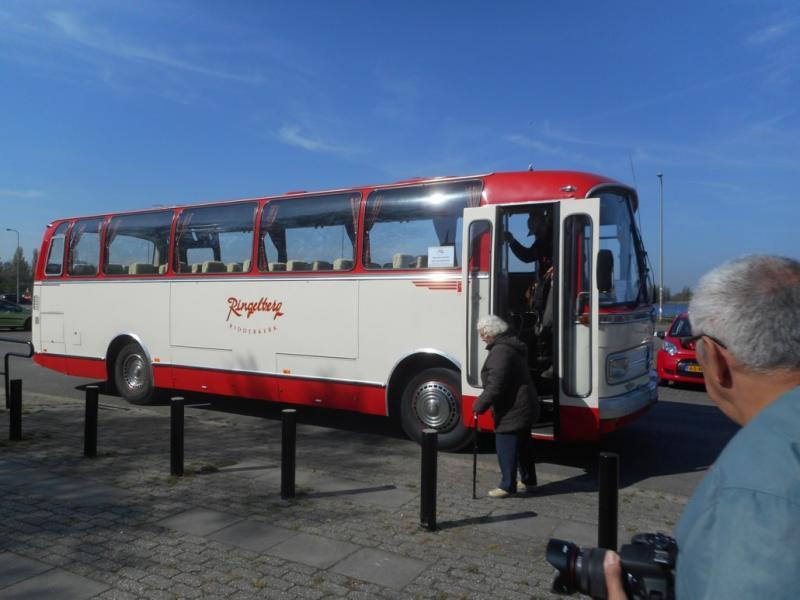 Veel deelnemers werden van Leiden naar het feest gebracht met bussen van de S.V.A. (Stichting Veteraan-Autobussen).