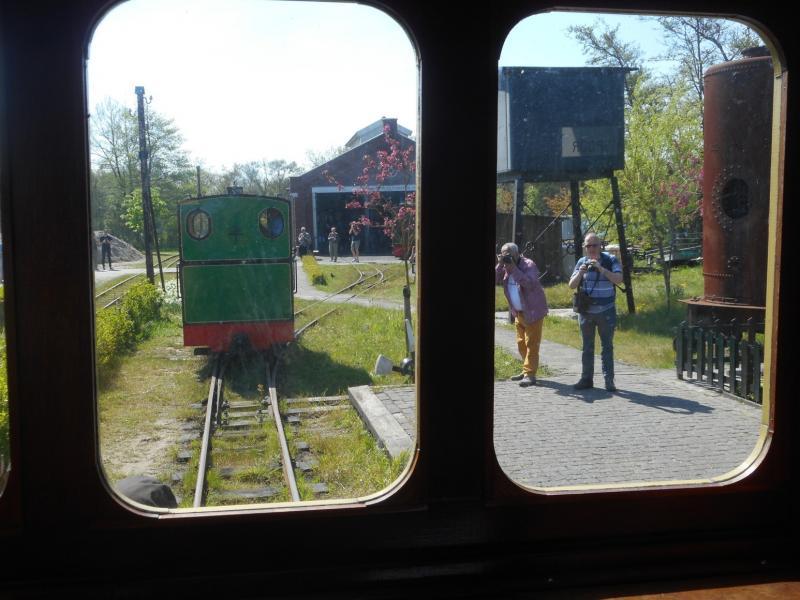 Het is zover; de loc nadert de trein. Rechts bij het watervat staan al enkele NVBS-ers met het fototoestel in de aanslag.