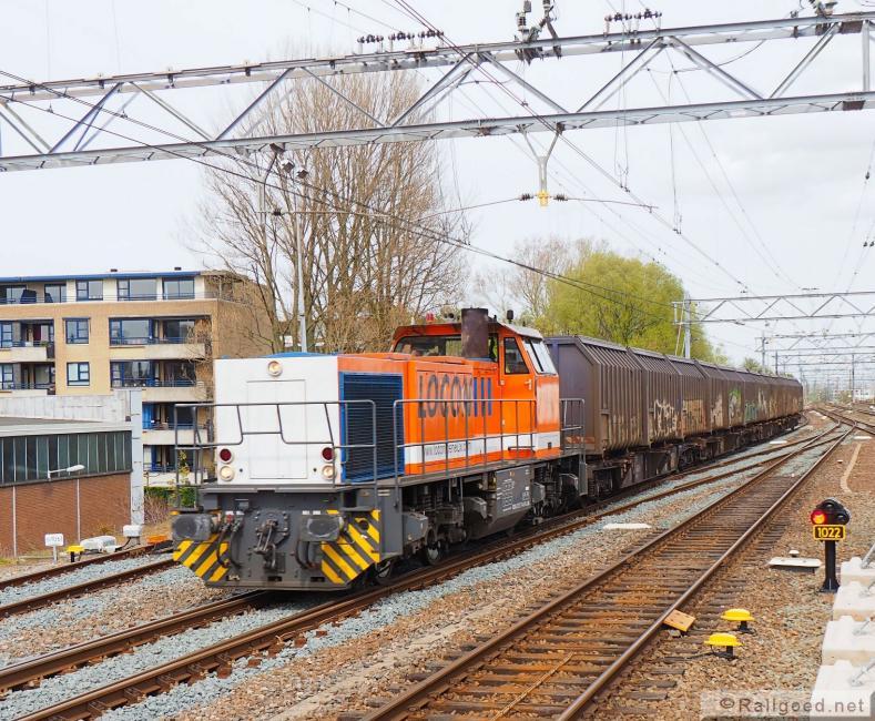 De lege afvaltrein komt uit de richting van Haarlem, passeert dan Noordwijkerhout, om in Leiden te keren. De afvaltrein, bestaande uit 12 lege containers, arriveert in Leiden, waar kopgemaakt wordt. Locon 1506. 29 april 2016.