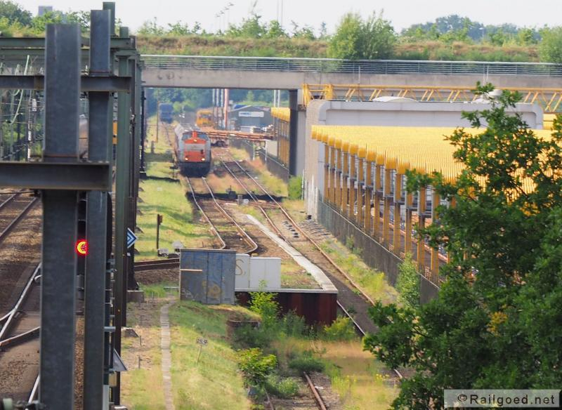 Bij de bovenbouwstapelplaats van Voestalpine Railpro bij Crailoo bevindt zich het afvalstation van de Gewestelijke Afvalstoffen Dienst Gooi- & Vechtstreek. De afvaltrein uit Noordwijkerhout maakt hier een tussenstop om de wagens van Crailoo op te pikken. De trein staat hier op het overgavespoor. Locon 203 160. 24 juni 2015